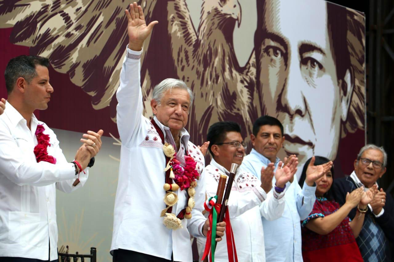 Andrés Manuel López Obrador carga un bastón de mando indígena.