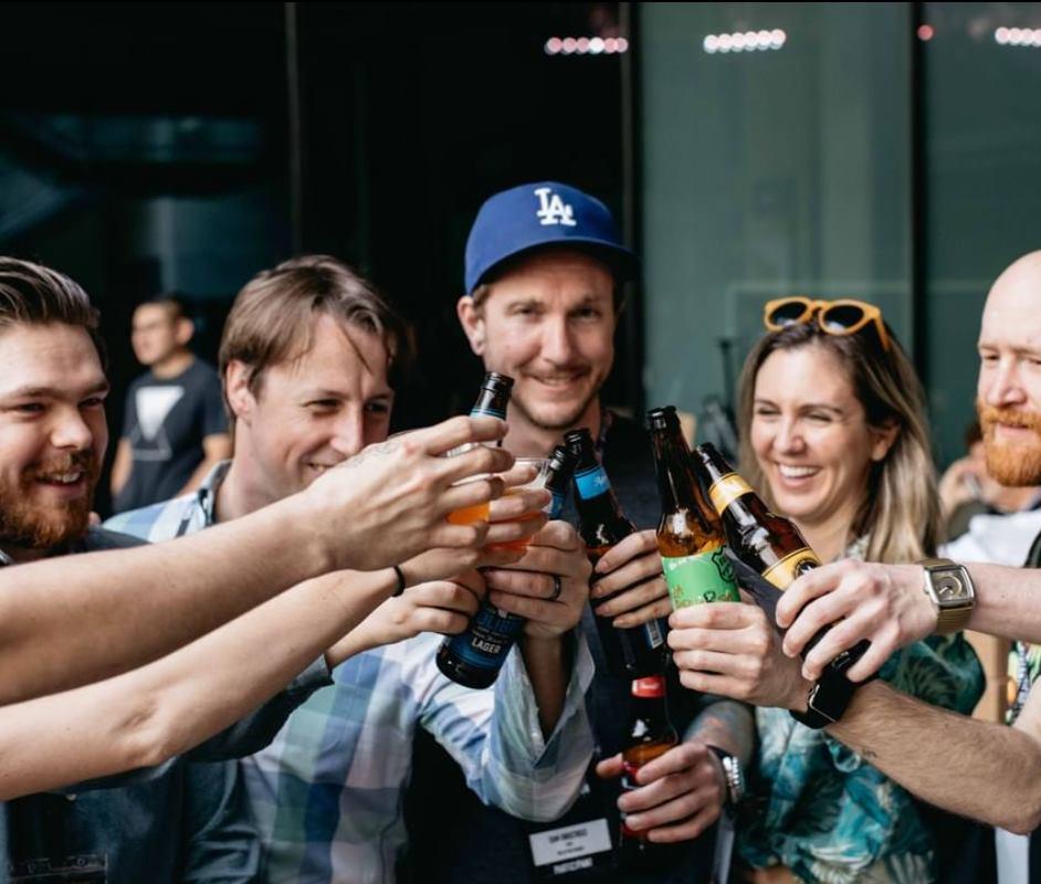 Turistas beben cerveza artesanal