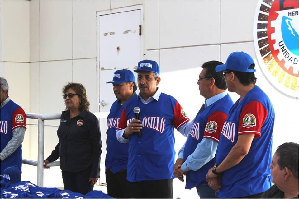 El líder de la CTM Sonora apoya su equipo de beisbol.