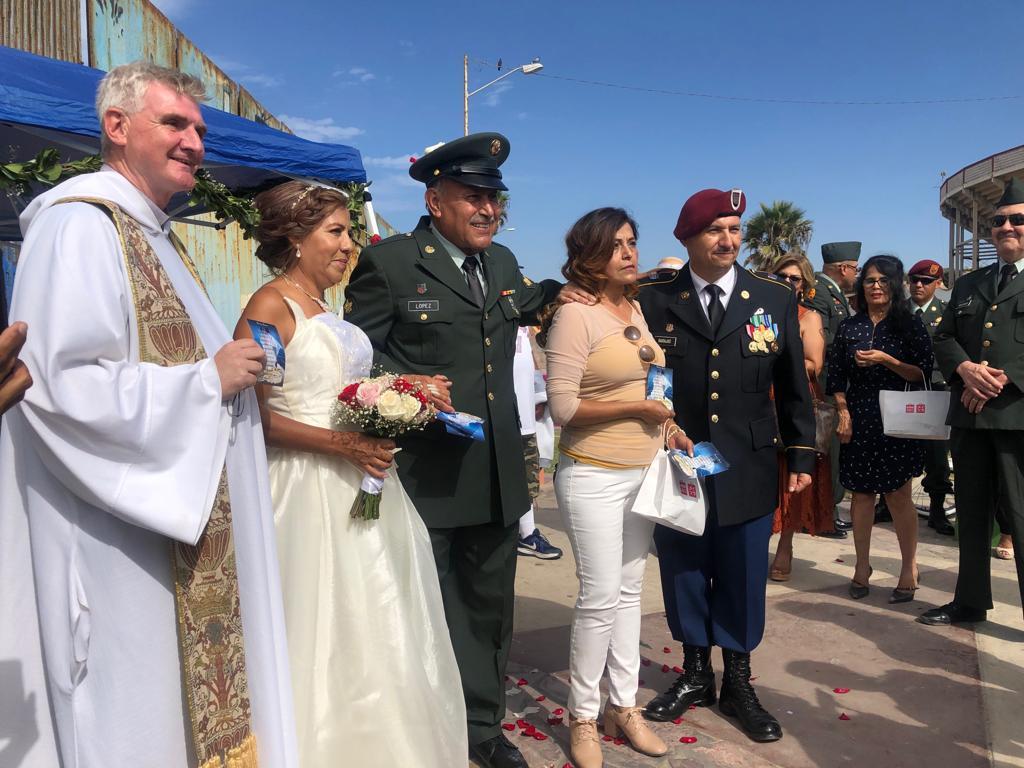 La boda del veterano de guerra deportado frente al muro de Donald Trump