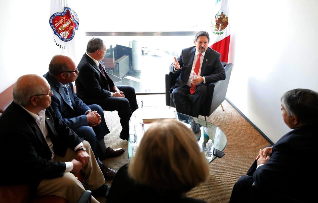 Richard Trumka, líder de la Federación Estadounidense del Trabajo y Congreso de Organizaciones Industriales (AFL-CIO), y el senador mexicano Napoleón Gómez Urrutia