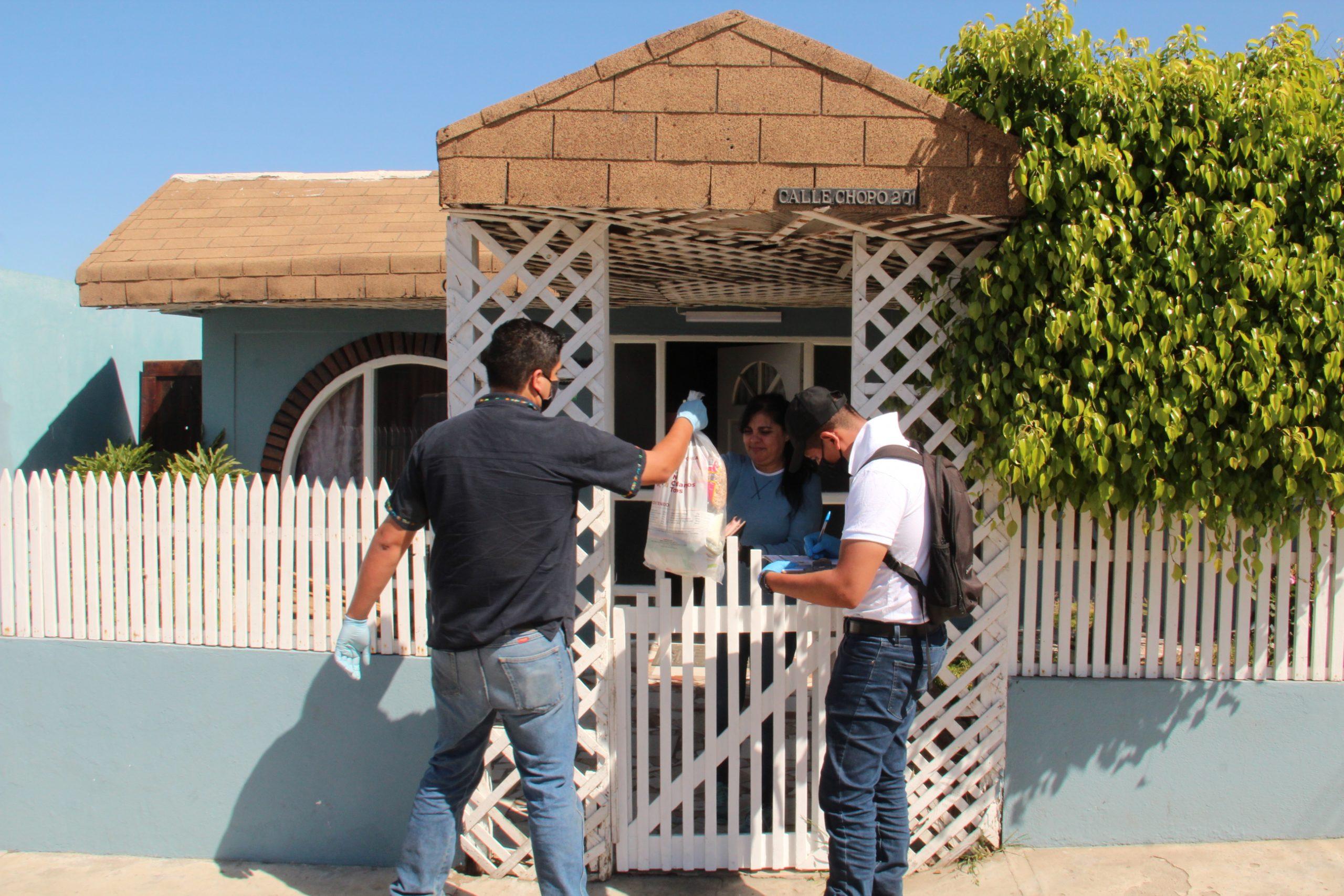 Los taxistas reparten en esquinas y semáforos las despensas del gobierno de Baja California