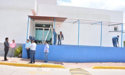 Supervisión de la colocación de una techumbre para una nueva sala en el Hospital General de Dolores Hidalgo