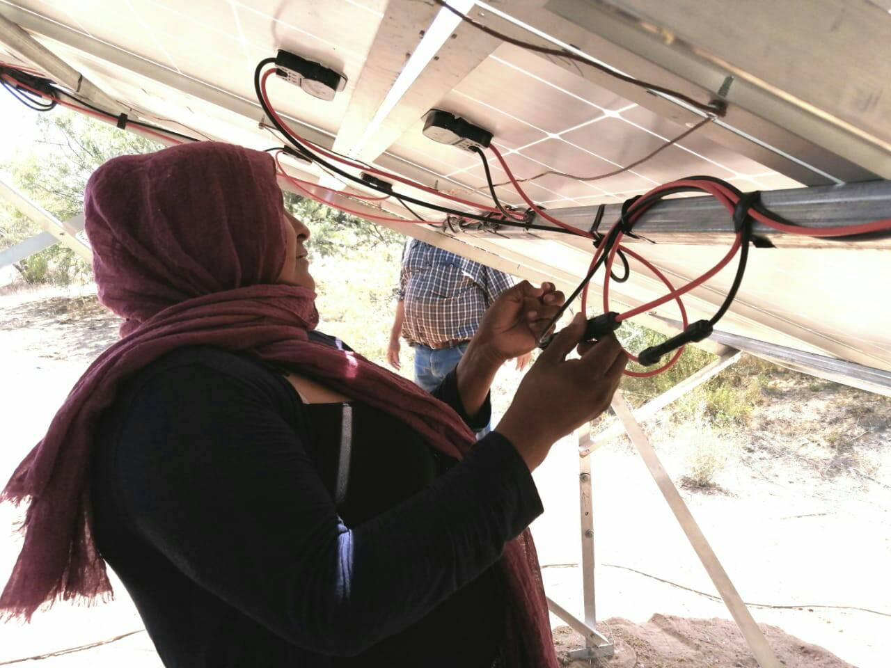 mujeres seris instalan paneles solares