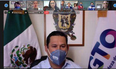 Diego Sinhue Rodríguez Vallejo con familias de jóvenes becados