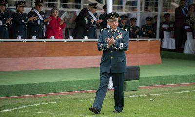 Contiene imagen exterior militar aplaudiendo Guillermo Cienfuegos