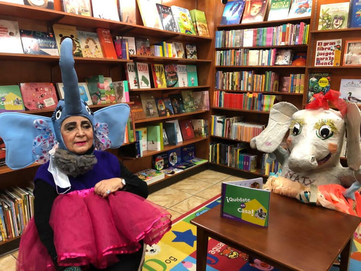 Imagen interior, mujer, libros, personaje con disfraz elefante