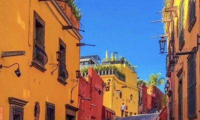Imagen exterior, edificios antiguos, calle estrecha, cielo
