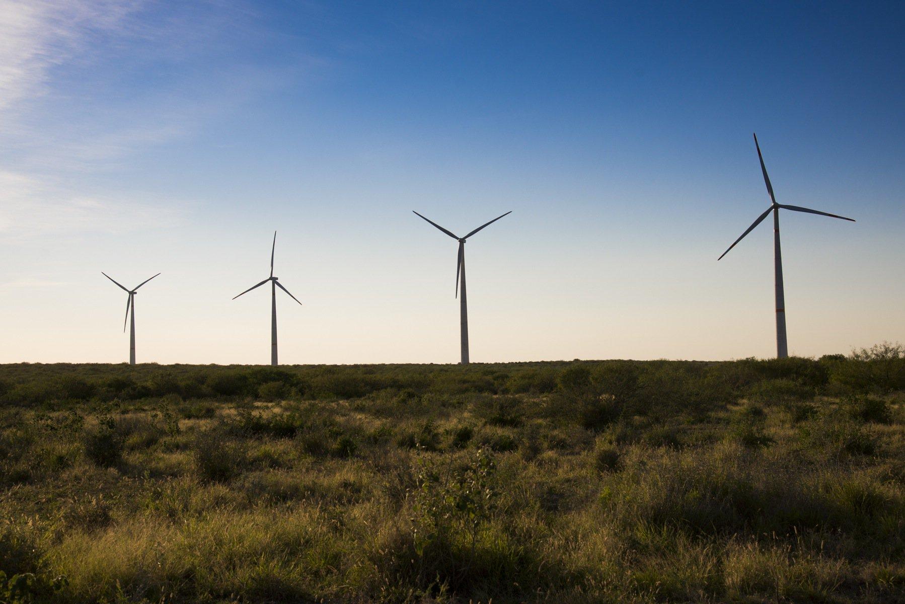 Contiene imagen exterior, hélices para generar energía eólica