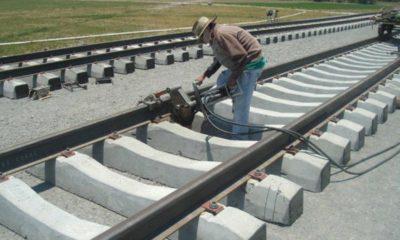 Contiene imagen exterior, hombre, vías de tren