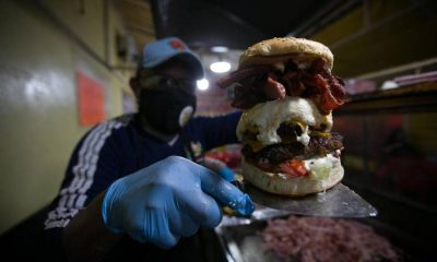 Contiene imagen de exterior, persona, hamburguesa gigante