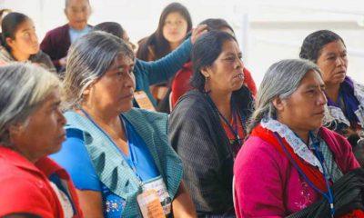 Contiene imagen exterior, mujeres, ancianas sentadas